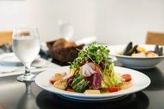 De Italiaanse Salade van restaurantkammosselen, geroosterde kammosselenshell met groente stock afbeelding