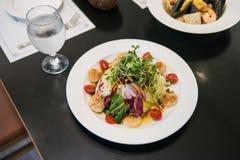 De Italiaanse Salade van restaurantkammosselen, geroosterde kammosselenshell met groente stock foto