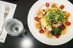 De Italiaanse Salade van restaurantkammosselen, geroosterde kammosselenshell met groente stock foto's