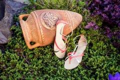 De Italiaanse schoenen, modieuze sandals liggen op het gras stock fotografie