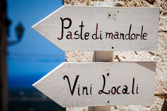 De Italiaanse typische tekens van de producten houten pijl Links het richten openlucht Royalty-vrije Stock Afbeeldingen