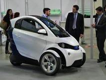 De Italiaanse Universiteit van Ontwerpstudenten stelt een prototypevoertuig voor duurzame stedelijke mobiliteit Turijn Itali? voo stock afbeeldingen
