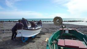 De Italiaanse vissers herstellen hun boot alvorens aan overzees uit te gaan stock footage