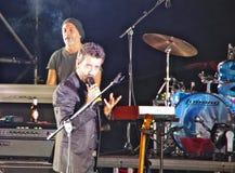 De Italiaanse zanger en songwriter Daniele Silvestri presteren bij stock afbeeldingen