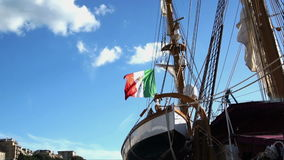 De Italiaanse Zeevaartvlag met embleem van vier Maritieme vlag van Republieken, van Venetië, van Genua, van Pisa en Amalfi fladde stock videobeelden