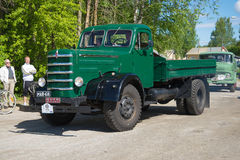 De jaar van vrachtwagensisu 1950 komt bij de tentoonstelling en de parade van uitstekende auto's aan Kerimyaki, Finland Stock Foto