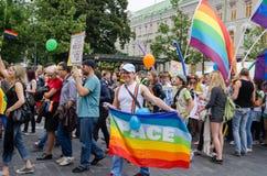 De jaarlijkse vrolijke lesbische Baltische vlag van paradeimpulsen Stock Foto's