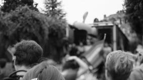 De jaarlijkse vrolijke mensen die van de trotsparade dichtbij vrolijke vrachtwagen dansen stock footage