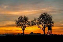De jacht brengt bij zonsondergang onder Royalty-vrije Stock Afbeeldingen