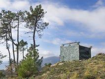 De jacht brengt gecamoufleerd bovenop een heuvel in de wildernis onder royalty-vrije stock foto's