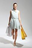 De jacht voor koopjes - vrouw het winkelen Gelukkige vrouw - het succesvolle winkelen Stock Fotografie