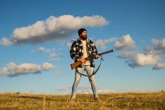 De jacht zonder grenzen Jager met jachtgeweerkanon op jacht Gesloten en open jachtseizoen stock afbeelding
