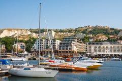 De jachten en de boten worden vastgelegd in jachthaven van Balchik-stad in de kust van de Zwarte Zee, Bulgarije royalty-vrije stock fotografie