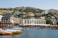 De jachten en de boten worden vastgelegd in jachthaven van Balchik-stad in de kust van de Zwarte Zee, Bulgarije royalty-vrije stock foto