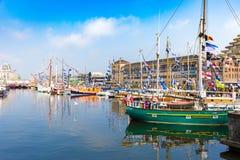 De jachten en de boten bij de show tijdens jaarlijks het jachtfestival van Oostende riepen Oostende Voor Anker Royalty-vrije Stock Afbeelding