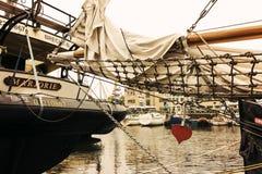 De jachten en de boten bij de show tijdens jaarlijks het jachtfestival van Oostende riepen Oostende Voor Anker Royalty-vrije Stock Fotografie