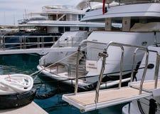 De Jachten en de schepen van de Privatingang in de haven van Monaco in de zomer zonneeuropa royalty-vrije stock foto