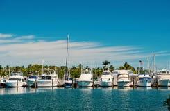 De jachten en de varende schepen legden op zee pijler op zonnige blauwe hemel vast Zeilen en het varen concept De zomervakantie o royalty-vrije stock foto