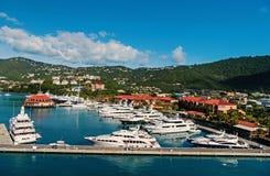 De jachten legden op zee pijler op berglandschap vast Zeehaven en stad op zonnige blauwe hemel Luxereis op boot, water stock afbeeldingen