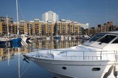 De jachten van de luxe die bij St Katherine Docks, Londen worden vastgelegd Stock Afbeelding