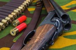 De jachtgeweer en munitie stock foto's