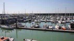 De jachthaven van Brighton met boten en jachten in mooie weerpan stock footage