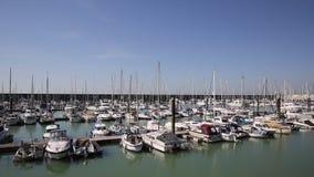 De jachthaven van Brighton met botenjachten en flats in mooie weerpan stock videobeelden