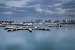 De jachthaven van de oever van het meer Royalty-vrije Stock Foto's