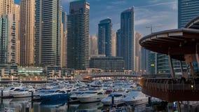 De Jachthaven van Doubai bij Blauwe uurnacht aan dag timelapse met jachten stock footage