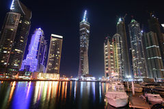 De Jachthaven van Doubai bij nacht, Verenigde Arabische Emiraten Stock Foto's
