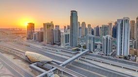 De Jachthaven van Doubai met kleurrijke zonsondergang in luchttimelapse van Doubai, Verenigde Arabische Emiraten stock video