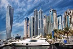 De Jachthaven van Doubai met wolkenkrabbers in de avond, Doubai, Verenigde Arabische Emiraten stock afbeeldingen