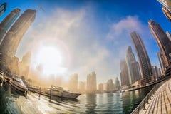 De Jachthaven van Doubai wordt behandeld door vroege ochtendmist in Doubai, Verenigde Arabische Emiraten royalty-vrije stock foto's