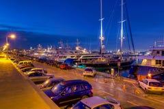 De jachthaven van Floisvos bij schemer, Piraeus, Griekenland royalty-vrije stock fotografie
