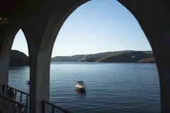 De jachthaven van Kythnos, is een Grieks eiland 100 km2 op gebied Het heeft meer dan 70 stranden Stock Fotografie