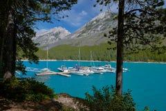 De jachthaven van meerminnewanka, banff nationaal park royalty-vrije stock foto's