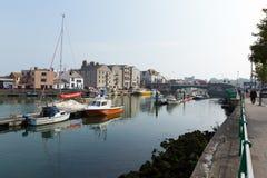 De jachthaven Weymouth Dorset het UK van de het noordenkade met boten en jachten op een kalme de zomerdag Stock Afbeeldingen