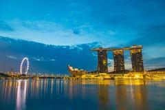 De JACHTHAVENbaai, Singapore-brengt 21 in de war: De schemeringtijd van Marina Bay toont Stock Afbeeldingen
