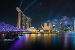 De de Jachthavenbaai van Singapore bij nacht, de stad van Singapore met licht toont is Royalty-vrije Stock Afbeelding
