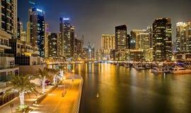 De Jachthavenstad van Doubai scape bij nacht Woontorens met verlichting Architectuur stock foto's