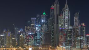 De Jachthavenwolkenkrabbers van Doubai en de nacht van de golfcursus timelapse, Doubai, Verenigde Arabische Emiraten stock footage