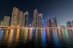 De jachthavenwolkenkrabbers van Doubai tijdens nachturen Stock Afbeeldingen