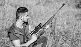 De jachthobby en vrije tijd Mens het laden de jachtgeweer Het concept van het de jachtmateriaal Jager die met geweer dier zoeken stock afbeeldingen