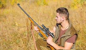 De jachthobby en vrije tijd Mens het laden de jachtgeweer Het concept van het de jachtmateriaal Jager die met geweer dier zoeken stock fotografie