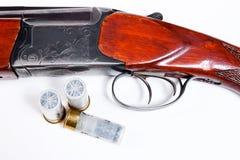 De jachtjachtgeweer en munitie op witte achtergrond Royalty-vrije Stock Afbeelding