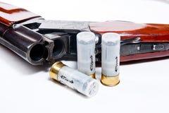 De jachtjachtgeweer en munitie op witte achtergrond Stock Foto's