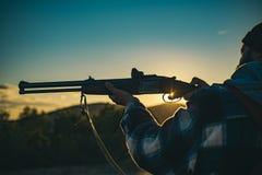 De jachtkanon De jacht zonder grenzen Jager met jachtgeweerkanon op jacht Kalibers van de jachtgeweren Spoor neer royalty-vrije stock foto