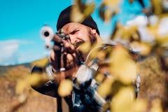 De jachtkanon Jager met jachtgeweerkanon op jacht Gesloten en open jachtseizoen stock afbeeldingen