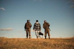 De jachtmateriaal voor verkoop Jager met jachtgeweerkanon op jacht De jachttoestel en de Jachtkleding stock fotografie