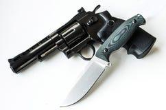 De jachtmes en revolver Wapens van de militairen stock afbeelding